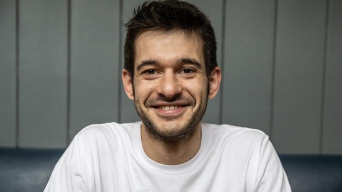 Alessandro Zengiaro es un hombre blanco italiano que sonríe con una camiseta blanca.