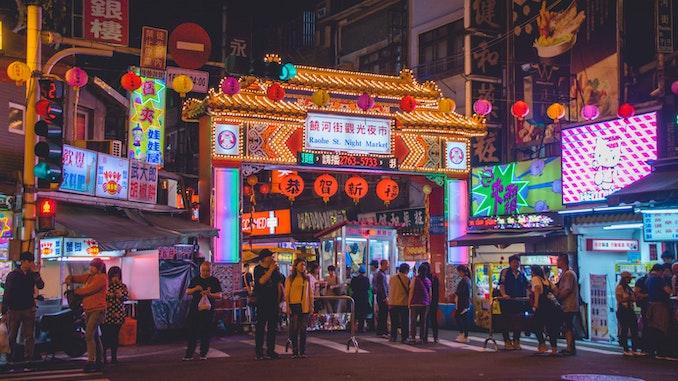 Un letrero brillante en Taiwán en el contexto de la ciudad.