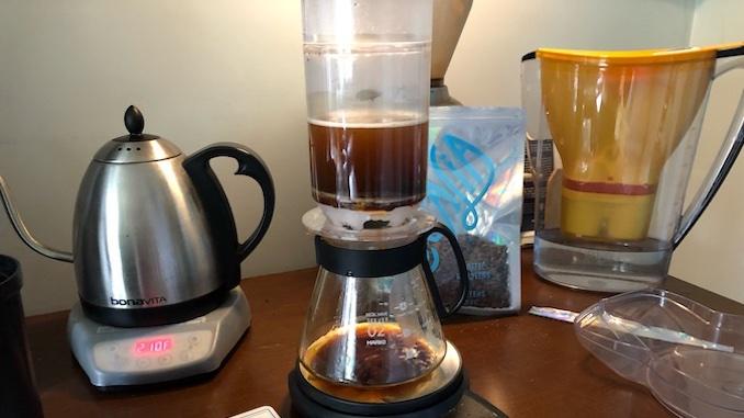 La cafetera de plástico Trikolat en medio de la preparación del café.