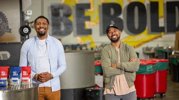 Rod y Pernell están parados en su tostaduría, con los brazos cruzados, sonriendo mientras sus bolsas de la NBA se sientan en una mesa en la esquina.